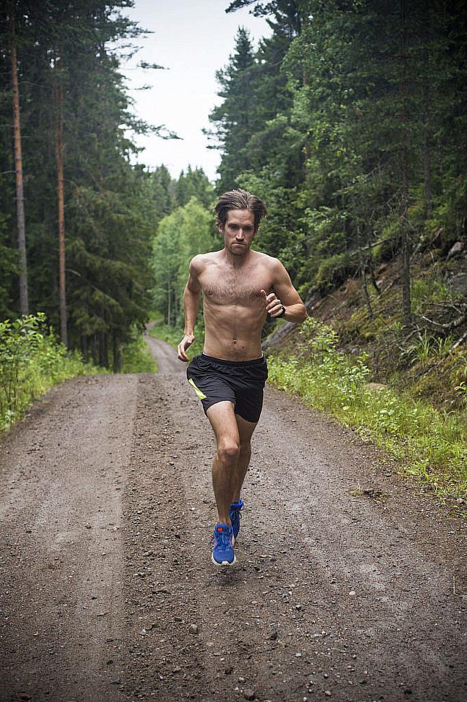 Lauri juoksee kuukaudessa vähintään yli 400 kilometriä. Lomakaudella matkaa kertyy enemmän.