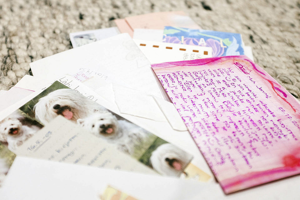 Kirjeenvaihtokaveri löytyi uima-altaasta – rakkaus sanoihin syttyi jo ala-asteella